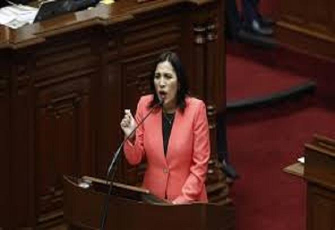 """Ministra Flor Pablo: """"Mi esposo jamás ha hecho una consultoría para el ministerio de Educación."""