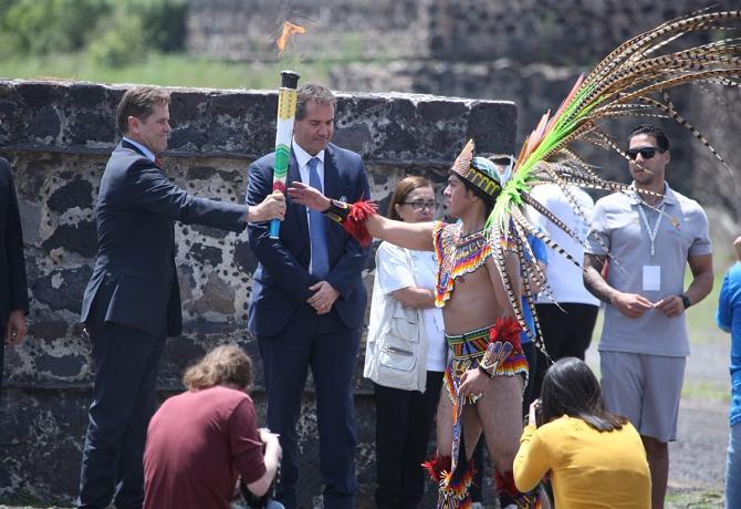 Emotiva ceremonia del encendido del Fuego Nuevo en Teotihuacán rumbo a Lima 2019.