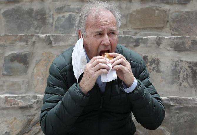 Alfredo Barnechea esta vez sí comió pan con chicharrón