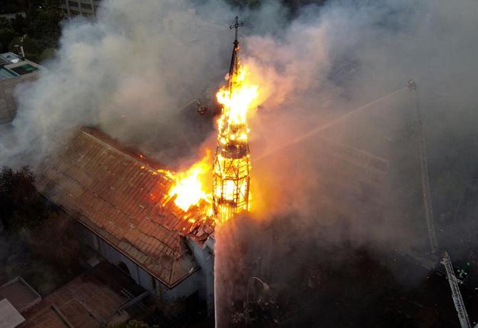 Dos iglesias terminan en llamas tras manifestación en Chile