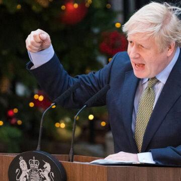 Reino Unido permitirá reuniones hasta de tres familias por Navidad