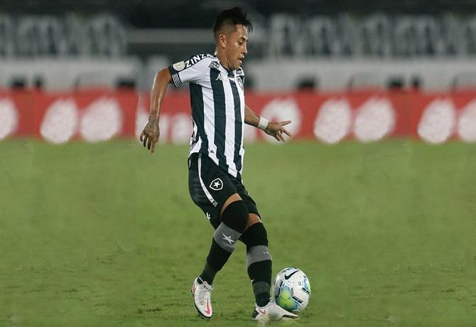 Alexander Lecaros debutó en Botafogo, generó penal y salió lesionado