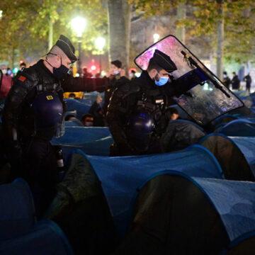 Desalojan cientos de inmigrantes y refugiados en la Plaza de París