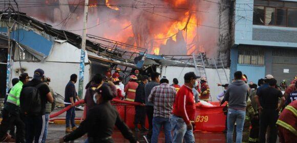 Bomberos lograron controlar incendio en  galerías comerciales del distrito Santa Anita