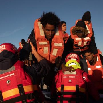 El buque 'Aita Mari' rescata a 148 personas en cinco horas
