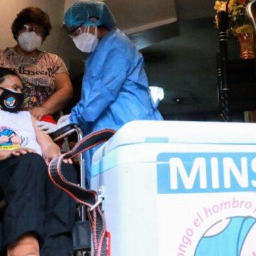 """""""Vacuna móvil"""" va a domicilio vacunando a adultos mayores de 80 años con dificultad para movilidad"""