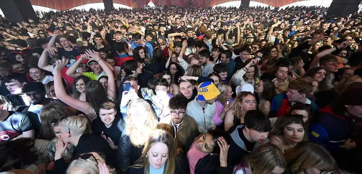 Liverpool: 3 mil personas festejan en concierto experimental sin mascarilla
