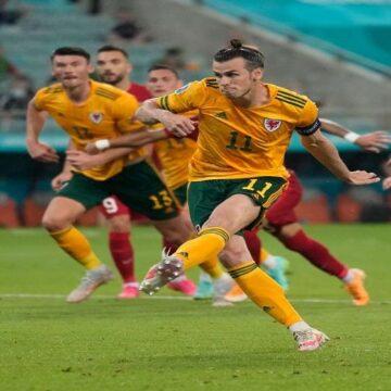 Pese a que Gareth Bale falló un penal, Gales venció a Turquía por 2-0