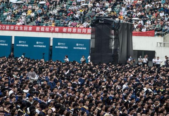 Wuhan realiza ceremonia masiva con 11 mil estudiantes sin distanciamiento social