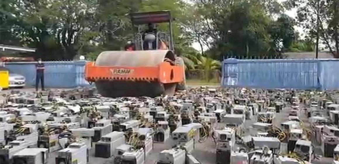 Malasia: destruyen más de mil máquinas usadas para minería de bitcoins con aplanadora